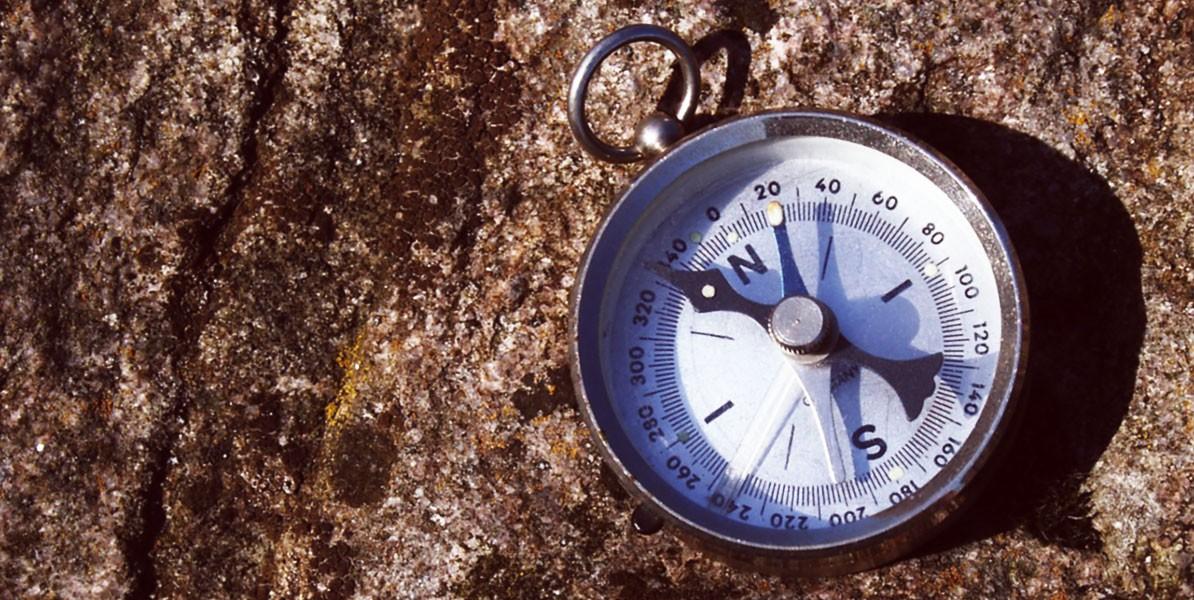 Kompass auf Felsen