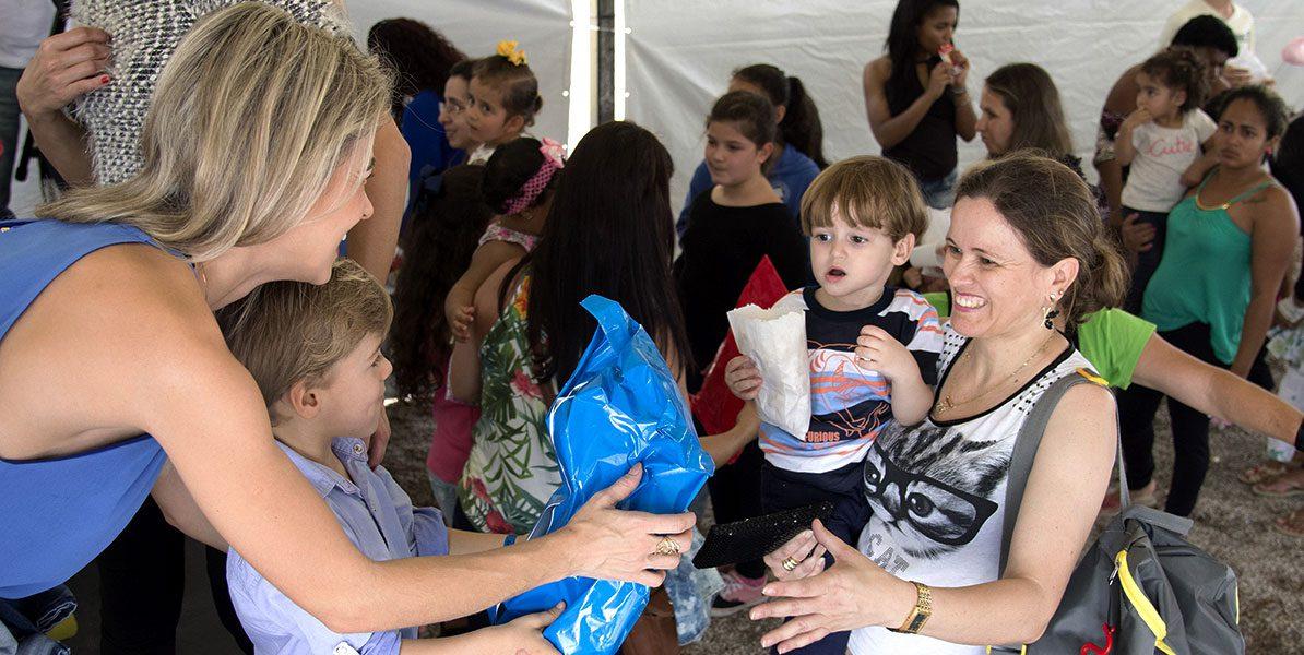 Ehrenamtlerinnen bei der Arbeit mit Kindern