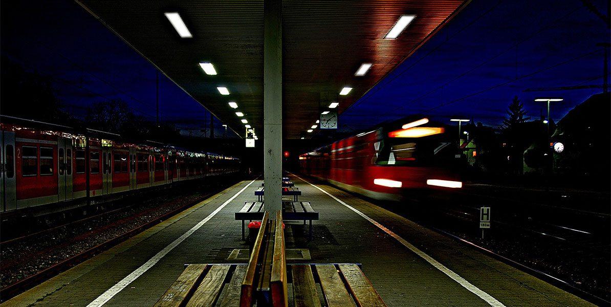 Einfahrender Zug am Bahnsteig