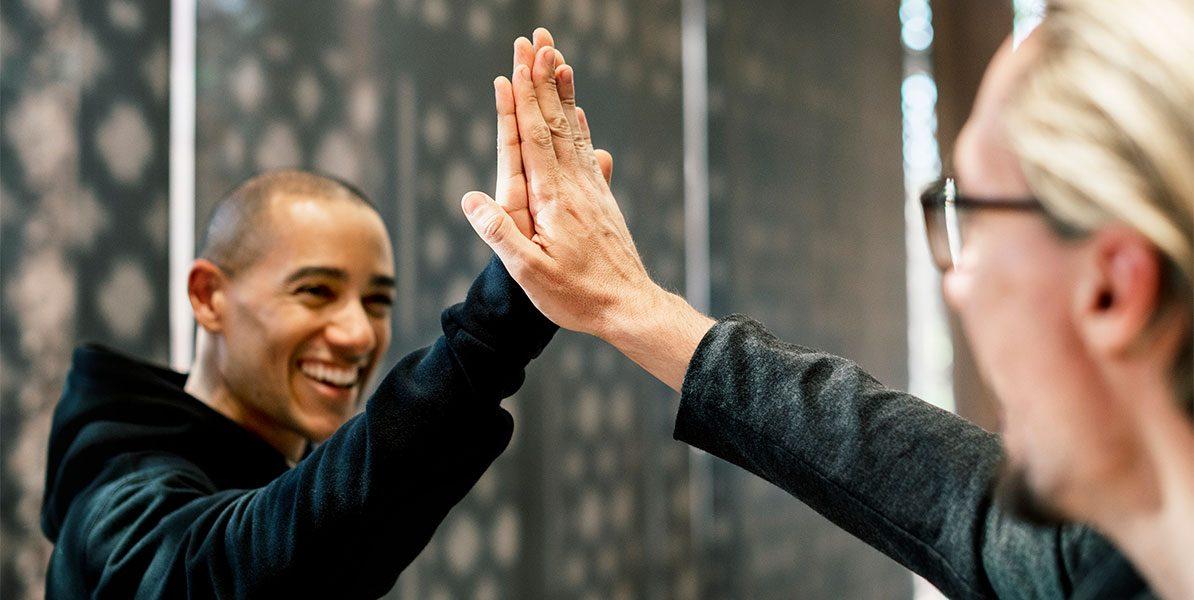 Jobsharing: Zwei Kollegen geben sich High Five