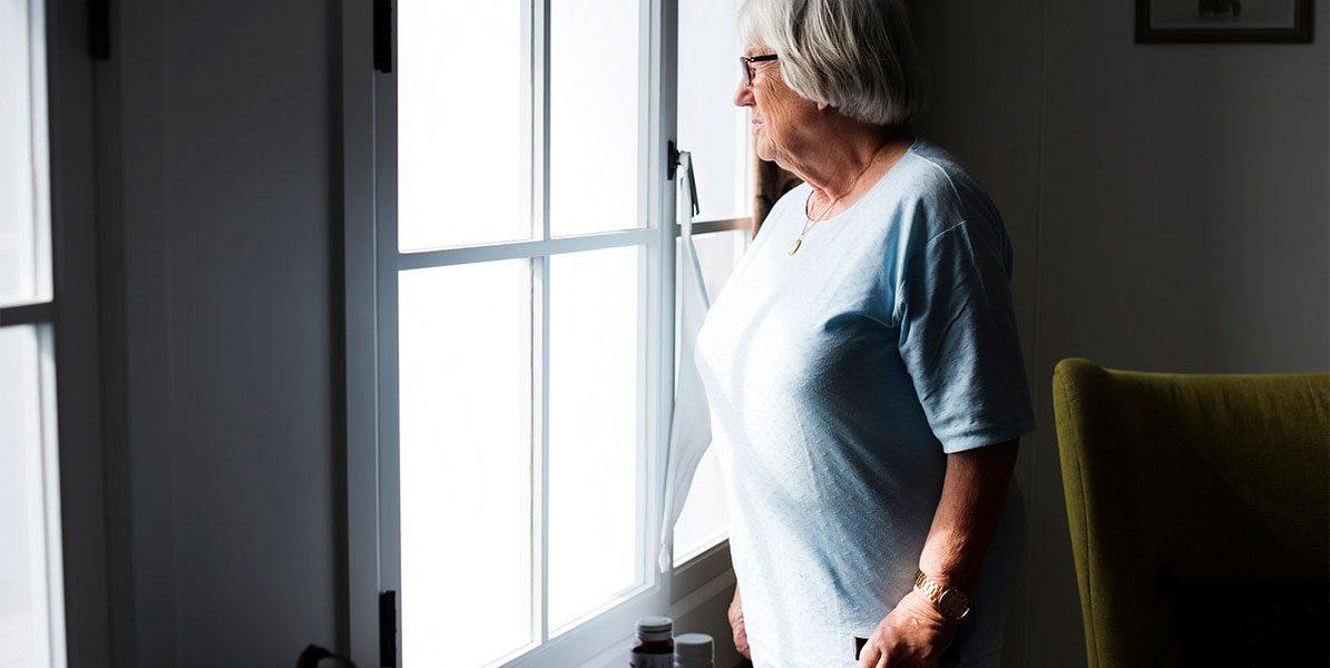Pflegenotstand: alte Dame wartet am Fenster
