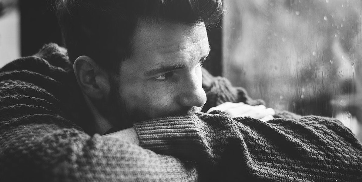 Trauriger Mann – Mobbing bei der Arbeit