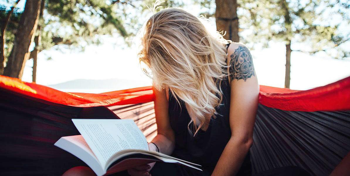 Junge Frau lernt an der frischen Luft
