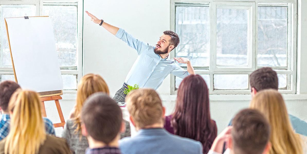 Mann hällt Präsentation vor einer Gruppe