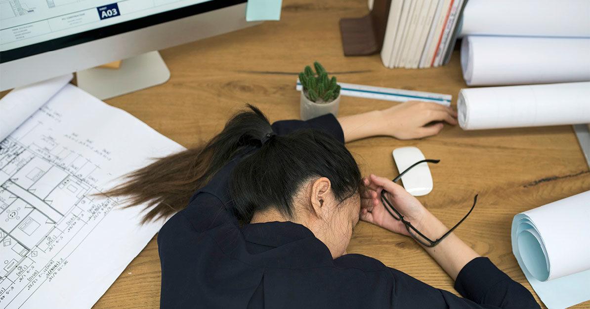 Schlafende Frau am Arbeitsplatz