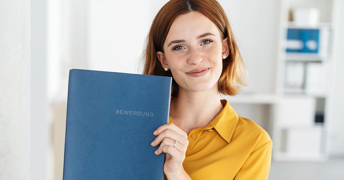 Junge Frau mit Bewerbungsmappe